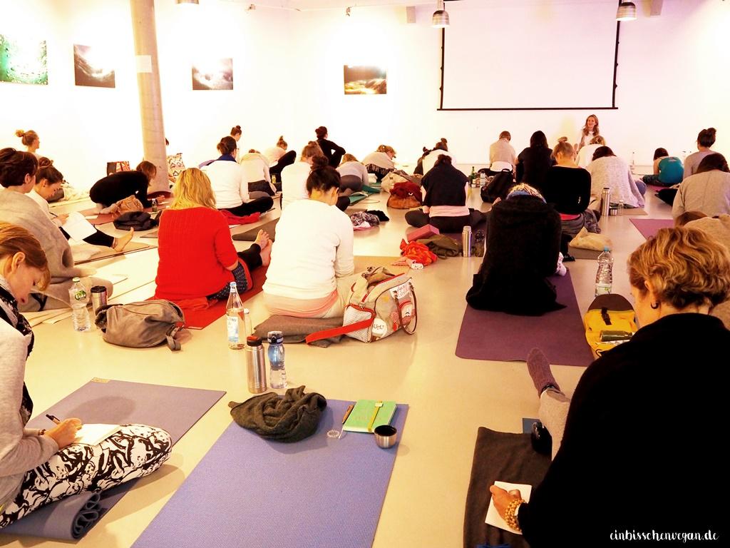 class crowd yoga meditation