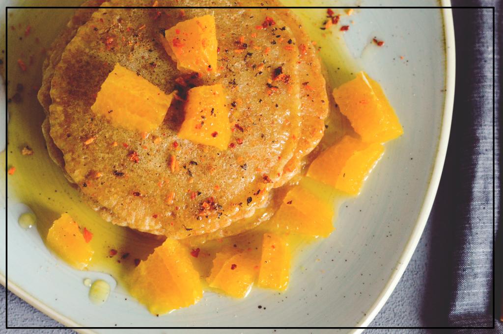 Vegane Pancakes mit hausgemachtem Orangensirup